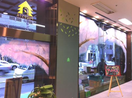 フォレスタ虎ノ門の窓に桜の花が描かれました