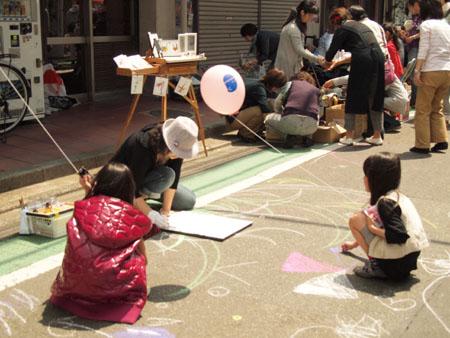 二子玉川商店街東日本大震災支援青空アート&マートに、キットパスとダストレスチョークで協力しました(2011年4月29日)