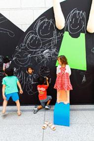 東京都現代美術館「こどものにわ」展に出展している建築家 遠藤幹子さんの作品にダストレスチョークで協力しています。