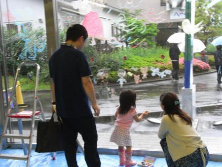 ハウスクエア横浜さんのエントランスのガラスにお絵かきに参加しました@林道子さん・渡辺有智子さん二人展にて(2011年5月29日・6月5日)