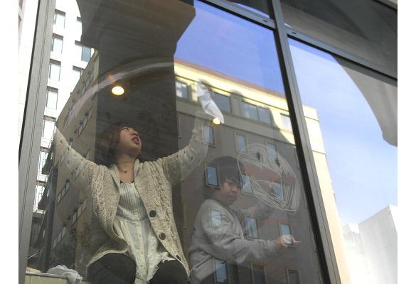 セキグチ香奈子さんと、キットパスで「みんなで窓に虹を描こう!」ワークショップを開催しました(2012年2月18日)