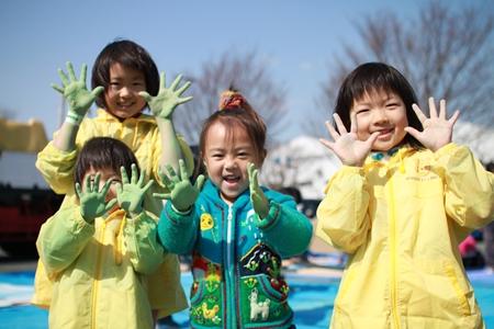 静岡県富士市富士青年会議所さんがダストレスチョークを使った市民200名で描く「夢の架け橋―アスファルトに大きなアートをつくろう」を行いました。(2012年4月1日)