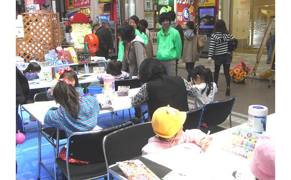川崎銀柳街・銀座街商店街春祭にキットパスで「お母さんの絵」「お父さんの絵」を描こうで参加しました(2012年4月14〜15日)