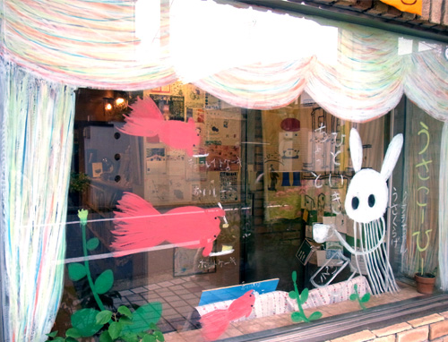 うさこーひー目白店のひらたくにおさんのウインドー・アートは子どもたちに大人気です♪(2012年6月1日)