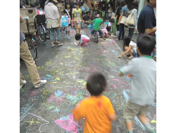 神田三町会・五町会こども縁日―NPO法人コドモ・ワカモノまちingさんの遊びコーナーの「チョークで路上ラクガキ」に参加しよう(2012年7月21日)