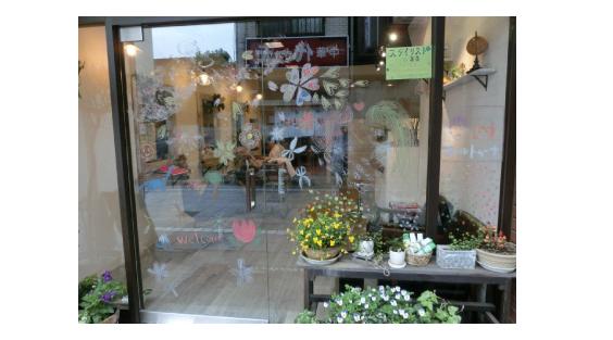 中野区のアーティスト集団「カラフルラブ」さんが薬師あいロード商店街でウインドー・アート第2弾「桜アート」(2013年3月23日)