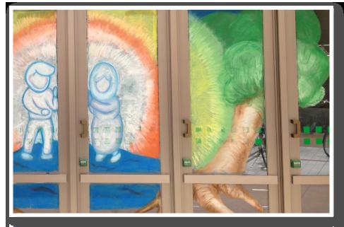 武蔵野美術大学アーティストユニット「三枚看板」ウインドーギャラリー第2弾ライブペイント&キットパスお絵かき体験@サミットストア成城店(2013年7月27日)