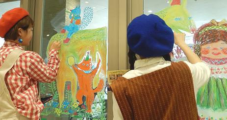 武蔵野美術大学アーティストユニット「POKKE(ぽっけ)」の鈴木友唯さん&武田幸絵さんのライブペイント、キットパスお絵かき体験会開催@サミットストア成城店(2014年4月6日)