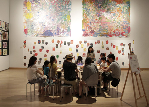 川崎市岡本太郎美術館『岡本太郎とアール・ブリュット展』&参加型イベント「顔を描こう!仮面を作ろう!」は好評開催中です!(2014年7月19日〜10月5日)