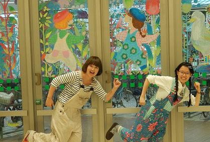 武蔵野美術大学「POKKE(ぽっけ)」鈴木友唯さん&武田幸絵さんのライブペイント『POKKE in wonderland!』、「夏休みの思い出」キットパスお絵かき♪@サミットストア成城店
