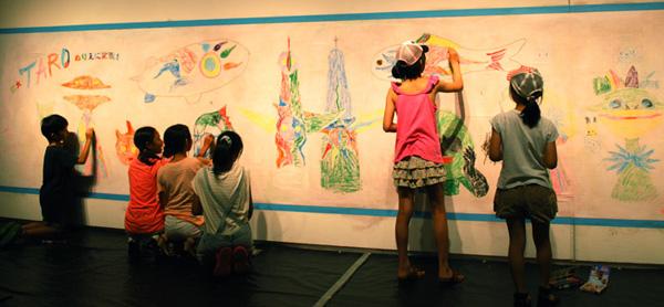 川崎市岡本太郎美術館「遊び ひらく 岡本太郎展」参加型イベント「太郎であそぼう」コーナーにキットパスで参加しました(2015年7月18日〜10月4日)